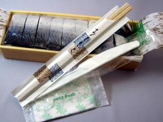 お寿司一本づつに割り箸、おしぼり、ナイフが付いています。